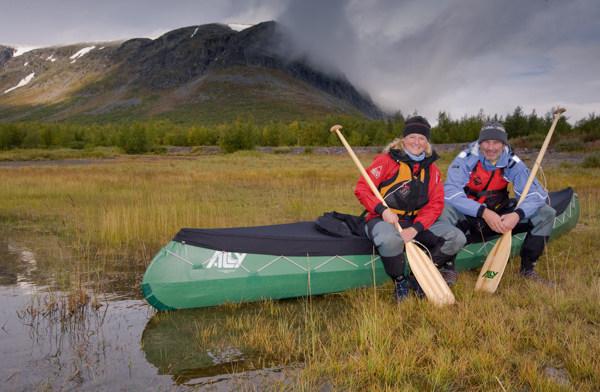 Jolanda LInschooten en Frank van Zwol langs de Kaitum Elva in Lapland.