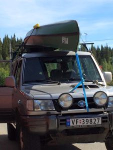 Ally kano stevig op het autodak, met spanband naar de bumper (foto: Jörgen Brouwer).
