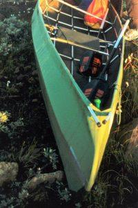 Ally model voor 2000: boordstangen steken door het doek naar buiten, los van het boegdeel. Handgreep in de boeg. Vlakke zitjes aan het spant gemonteerd.