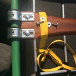Een bagageriempje met stalen klem, breed 18 mm, lengte 1,50 meter. Vastzetten met twee schroefjes en ringen.