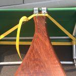 Bevestiging met de spanband aan de Ally stangen. Een keer dubbel om een spantje draaien voorkomt verschuiven.